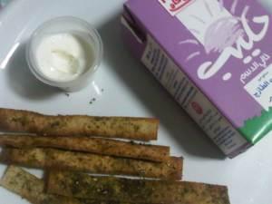 اصابع الخبز بالزعتر وتغميسه اللبنه مع حليب خالي الدسم