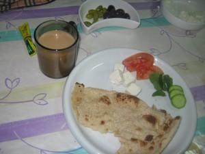 شاي حليب و ربع خبزة مسمسه وجبن وخضار