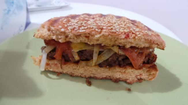 برقر هوم ميد مع شرايح البصل والطماط المشوي لذيييذ