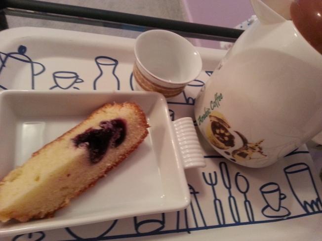 سناك لذيذ قهوه و قطعه من مفن بلوبيري